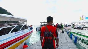 Salida de los turistas de Raya Island almacen de video