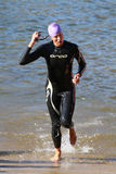 Salida del agua del triathlon de la raza de la nadada Fotos de archivo