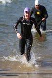 Salida del agua del triathlon de la raza de la nadada Imágenes de archivo libres de regalías