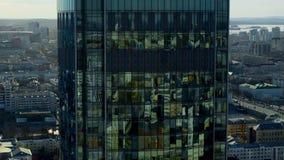Salida del centro de negocios y la abertura del panorama de la ciudad soleada, visión aérea almacen de video