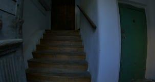 Salida del edificio viejo de la escalera de la casa almacen de metraje de vídeo
