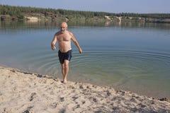 Salida del lago en una playa arenosa Imágenes de archivo libres de regalías