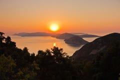 Salida del sol aérea detrás de la isla de Alonisos desde arriba de una colina en Skopelos fotografía de archivo libre de regalías