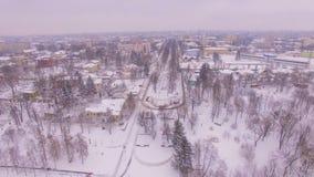 Salida del sol aérea del invierno en la pequeña ciudad almacen de metraje de vídeo