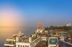 Salida del sol adentro sobre el estuario del río Rangoon Myanmar de Rangún fotografía de archivo