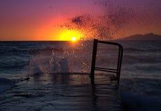 Salida del sol, agua de mar de los descensos e isla de Anafy Foto de archivo libre de regalías
