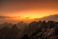 Salida del sol amarilla de la montaña Imagen de archivo