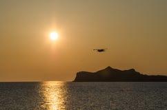 Salida del sol amarilla de la primavera en el lago Baikal y el carril soleado Foto de archivo libre de regalías