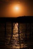 Salida del sol anaranjada en el embarcadero en Catherine Hill Newcastle Fotografía de archivo
