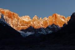 Salida del sol anaranjada en el templo de la Virgen en Zion National Park, Utah foto de archivo libre de regalías