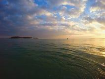 Salida del sol anaranjada tranquila hermosa del océano y del cielo Imagenes de archivo