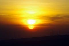 Salida del sol anaranjada y amarilla brillante fotos de archivo libres de regalías