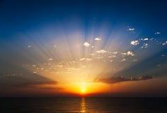 Salida del sol asombrosa en el mar. Imagen de archivo libre de regalías