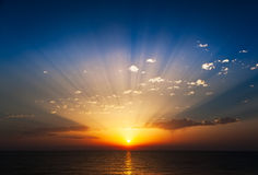 Salida del sol asombrosa en el mar.