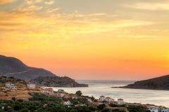 Salida del sol asombrosa en la bahía de Mirabello en Crete Fotografía de archivo