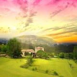 Salida del sol asombrosa sobre las tierras de labrantío de Provence fotos de archivo