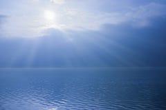 Salida del sol azul y lago chispeante Imagen de archivo libre de regalías