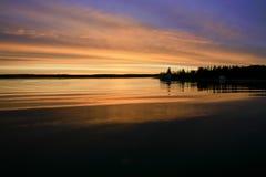 Salida del sol, bahía de Yellowknife. Imagenes de archivo
