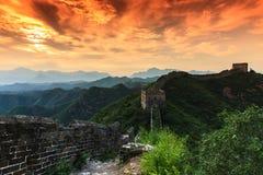 Salida del sol bajo majestad de la Gran Muralla Foto de archivo libre de regalías