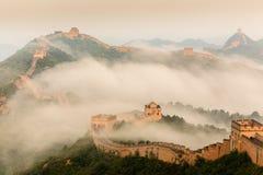 Salida del sol bajo majestad de la Gran Muralla Foto de archivo