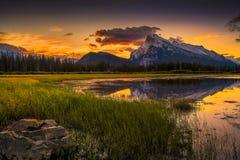 Salida del sol bermellona de los lagos cerca de Banff Imagenes de archivo