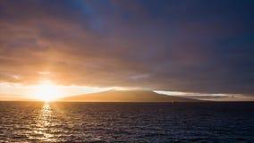 Salida del sol brillante con las nubes en el volcán de Pico