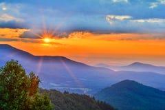 Salida del sol brillante de la madrugada en Ridge Parkwy azul Fotografía de archivo libre de regalías