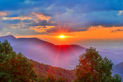Salida del sol brillante en las montañas Imagenes de archivo