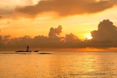 Salida del sol brillante en madrugada con el océano Fotografía de archivo