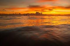 Salida del sol brillante en madrugada con la playa de la arena Fotos de archivo libres de regalías