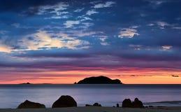 Salida del sol brillante sobre la costa del mar del este Imagenes de archivo