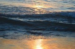 Salida del sol brillante sobre las aguas del lago Hurón Imagen de archivo
