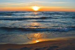 Salida del sol brillante sobre las aguas del lago Hurón Imágenes de archivo libres de regalías