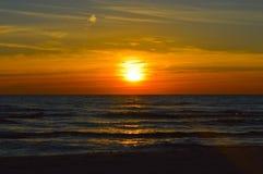 Salida del sol brillante sobre las aguas del lago Hurón Fotos de archivo libres de regalías