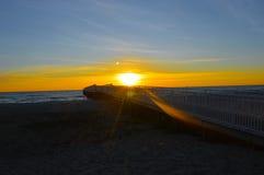 Salida del sol brillante sobre las aguas del lago Hurón Imagen de archivo libre de regalías
