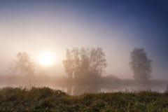 Salida del sol brumosa del otoño en el río Foto de archivo