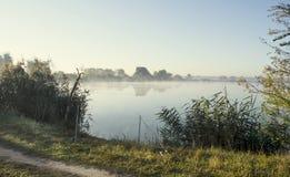 Salida del sol brumosa durante una mañana del verano del lago Imagen de archivo libre de regalías