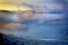 Salida del sol brumosa el Sur de Gales  Fotos de archivo