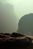 Salida del sol brumosa en parque de los imperios de la roca Rocas agudas crecientes de fondo de niebla Fotos de archivo libres de regalías