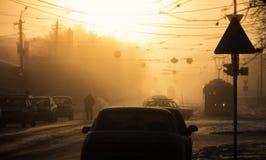 Salida del sol brumosa fría del invierno en la ciudad Foto de archivo
