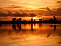 Salida del sol camboyana tranquila imagenes de archivo