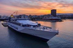 Salida del sol colorida con el cielo ardiente sobre el puerto y la ciudad de Pireo imágenes de archivo libres de regalías