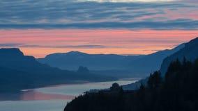 Salida del sol colorida con las nubes móviles a lo largo de la garganta hermosa del río Columbia en Oregon Timelapse 1080p