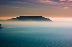Salida del sol colorida con neblina sobre cabo en el Mar Negro Fotos de archivo libres de regalías