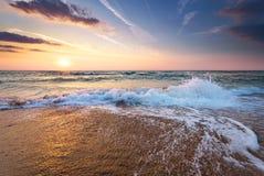 Salida del sol colorida de la playa del océano con el cielo azul profundo Imagen de archivo