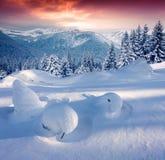 Salida del sol colorida del invierno en las montañas Imágenes de archivo libres de regalías