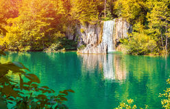 Salida del sol colorida del otoño en el parque nacional de los lagos Plitvice Foto de archivo