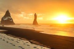 Salida del sol colorida en Dyrholaey, Islandia Foto de archivo libre de regalías