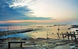 Salida del sol colorida en el mar Foto de archivo libre de regalías