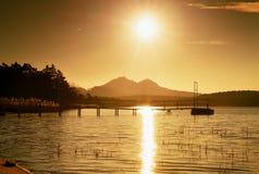 Salida del sol colorida en el muelle costero, abandonado Isla con la ciudadela en el horizonte Imagen de archivo